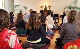 Illustration de personnes faisant de la méditation.