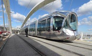 Ici le tramway T1 sur le pont Raymond Barre.