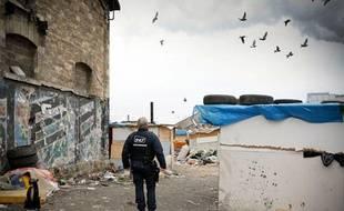 Un campement rom  sur lequel vivaient quelque 800 personnes, considéré comme l'un des plus  importants de France, était en cours d'évacuation mercredi 27 novembre à Saint-Ouen (Seine-Saint-Denis).
