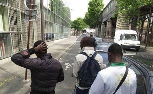 Paris, le 7 juillet 2014, une quinzaine d'adolescents venus majoritairement d'Afrique attendent une première évaluation de leur situation et espèrent obtenir le statut de mineur isolé étranger.