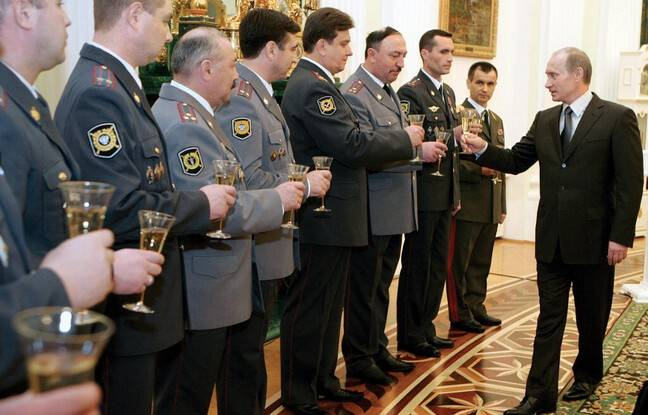 648x415 president russe vladimir poutine porte toast policiers moscou 10 novembre 2006