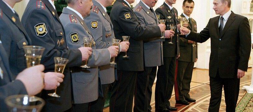 Le président russe Vladimir Poutine porte un toast avec les policiers de Moscou, le 10 novembre 2006.
