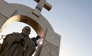 La statue de Jean-Paul II est installée depuis 2006 sur une place publique de Ploërmel dans le Morbihan.