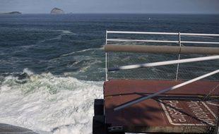 la piste cyclable, construite en hauteur, s'est fendue en deux à cause des vagues.