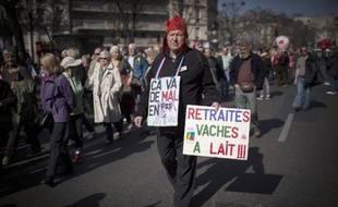 """""""Retraités, vaches à lait"""": coiffé d'un bonnet phrygien, un manifestant proteste contre la baisse du pouvoir d'achat des retraités, le 17 mars à Paris"""