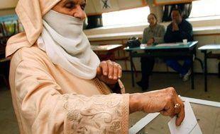 Une femme vote pour les élections législatives à Rabat, au Maroc, le 25 novembre 2011.