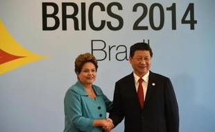 La présidente brésilienne Dilma Rousseff (g) et le président chinois Xi Jinping (d) au début du sixième sommet des Brics à Fortaleza, au Brésil, le 15 juillet 2014
