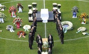 Le cercueil de Robert Enke, lors de la cérémonie d'adieux sur le terrain de Hanovre 96, dimanche 15 novembre 2009.