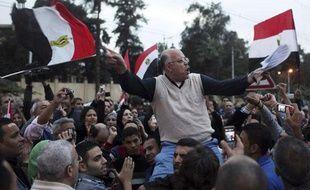 Des opposants à Mohamed Morsi manifestent au Caire près du palais présidentiel, le 4 décembre 2012.