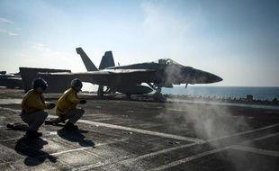 Un F-18 Super Hornet américain sur le point de décoller du porte-avion USS Carl Vinson au large de l'Irak le 27 novembre 2014