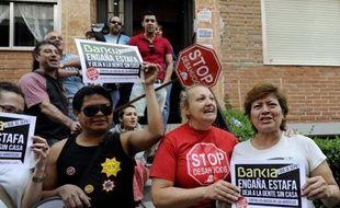 Il y a cinq ans, c'était une famille aux revenus plutôt confortables. La mère vendeuse, le père charpentier, les trois fils. Mais la crise, brutale, a balayé leur vie et les a fait plonger au bord de la précarité, comme des millions d'Espagnols de la classe moyenne.