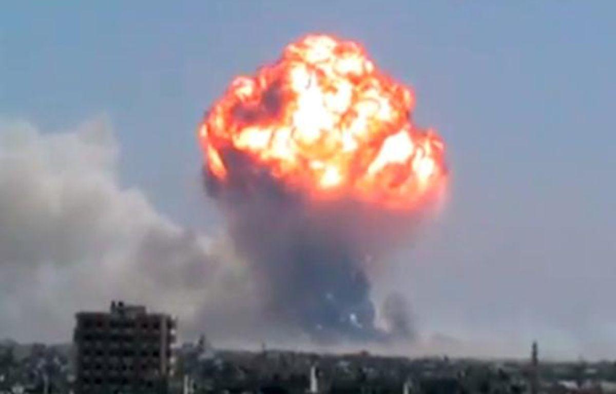 Capture d'écran de la vidéo de l'explosion d'un dépôt de munitions à Homs (Syrie), filmée par des militants de l'opposition syrienne, qui l'ontpostée surYouTube, le 1er août 2013. – 20 Minutes