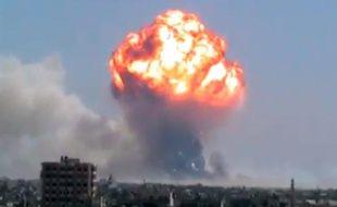 Capture d'écran de la vidéo de l'explosion d'un dépôt de munitions à Homs (Syrie), filmée par des militants de l'opposition syrienne, qui l'ontpostée surYouTube, le 1er août 2013.