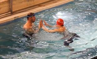 Alain Bernard se met à l'eau avec Jordan Minglis pour lui donner de précieux conseils avant le début des Special Olympics World Games.