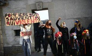 Des militantes féministes protestent contre le viol d'une mineure par des pompiers, devant le tribunal de Versailles, le 24 septembre 2020.