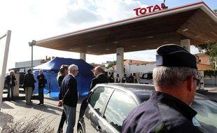 Des policiers sur les lieux de l'assassinat de l'avocat Antoine Sollacaro, le 16 octobre 2012, près d'Ajaccio.