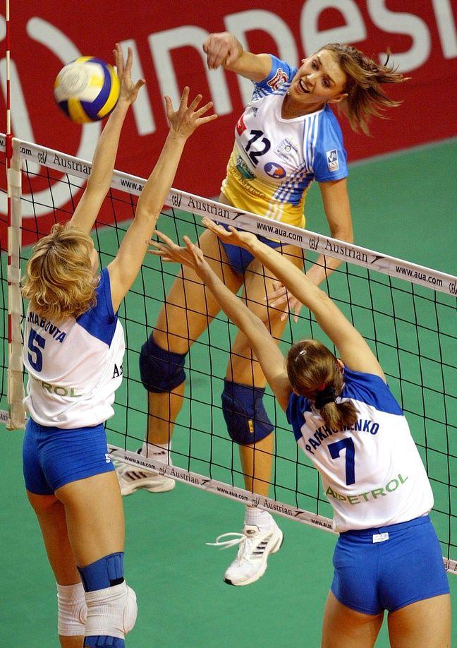 Victoria Ravva évite un contre de l'équipe de Bakou lors du Final Four européen de 2004 à Tenerife.