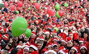Les milliers de Pères Noël rassemblés à Turin (Italie) dimanche 2 décembre pour une levée de fonds au profit d'un hôpital pour enfants.