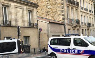 L'accès à l'impasse où est situé le domicile de jeune femme démente était bloquée lundi soir par les véhicules de police.