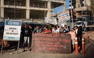 Des habitants de Rio protestent contre la destruction d'un immeuble pour les JO 2016.