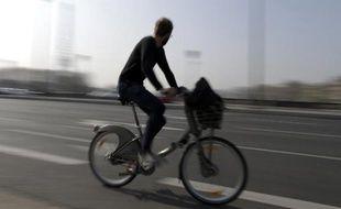 Un cycliste à Paris le 14 mars 2014