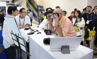 Des visiteurs essayent  un casque de réalité virtuelle au salon CES de Las Vegas, le 12 janvier 2017.