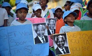"""Nelson Mandela """"continue d'aller mieux"""", au neuvième jour de son hospitalisation pour une infection pulmonaire, bien que son état reste grave, a déclaré dimanche le président Sud-africain Jacob Zuma."""