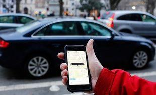 Un passant utilisant l'application Uber.