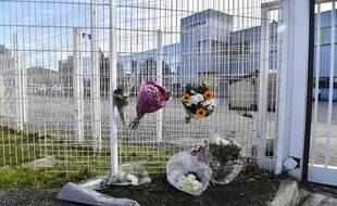 Des fleurs déposées à l'entrée de l'usine Faun de Guilherand-Granges (Ardèche) où une DHR a été abattue de sang-froid jeudi.