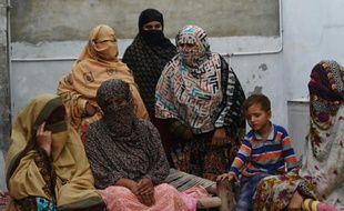 Des mères du village d'Hussain Khanwala dont les enfants apparaissent sur des vidéos à caractère pornographique, le 10 août 2015 au Pakistan