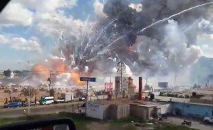 Capture d'écran d'une vidéo amateur après l'explosion sur un marché de feux d'artifice à Tultepec, au Mexique, le 20 décembre 2016.