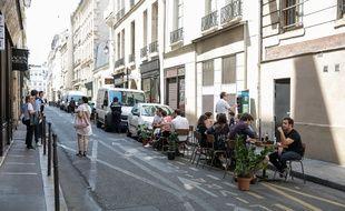 La terrasse d'un restaurant occupant une place de livraison à Paris.