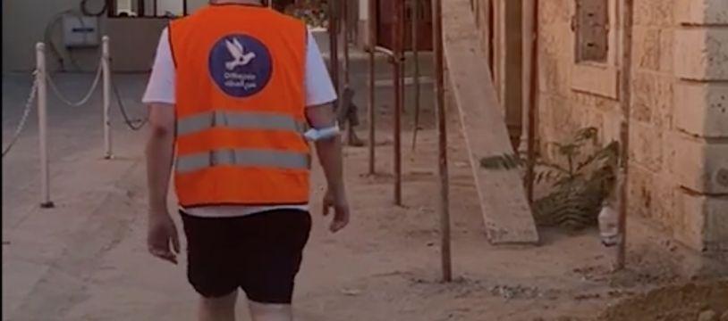Un bénévole de l'association OffreJoie marche dans les rues de Beyrouth, Brut.