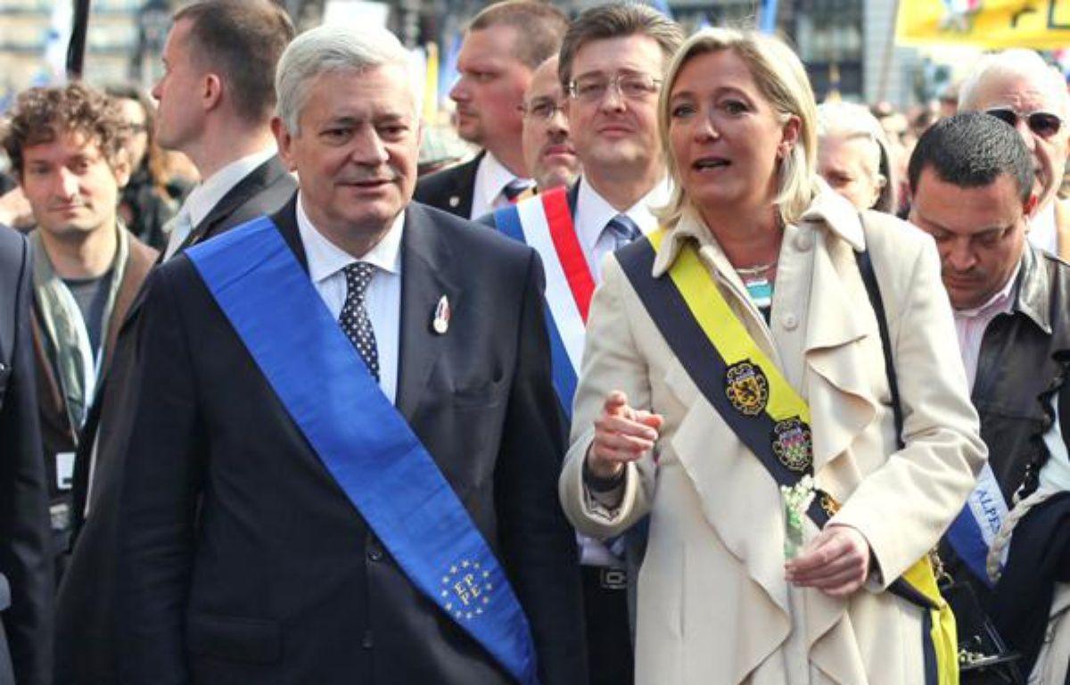 Les vice-présidents du FN Marine Le Pen et Bruno  Gollnisch arrivent pour la célébration de la Fête de Jeanne d'Arc, sur la place de l'Opera à Paris, le 1er mai 2010.  – AFP PHOTO / THOMAS COEX