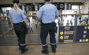 Des policiers norvégiens armés à la gare centrale d'Oslo le 25 juillet 2015.