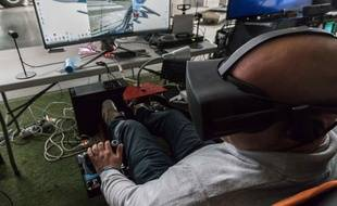 Les technologies VR sont utilisées pour des simulateurs de vol comme sur cette photo, puisqu'elles procurent beaucoup d'émotions.