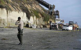 La police américaine sur la plage californienne où l'éboulement d'une falaise a tué trois personnes début août 2019.