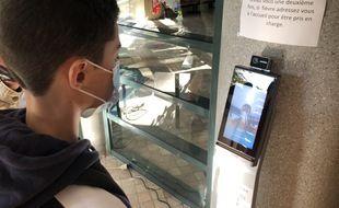 Un élève de seconde vérifie sa température grâce à la caméra thermique installée dans son lycée de Saint-Genis-Laval (Rhône).