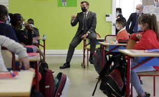 En visite dans une école le lundi 26 avril 2021, Macron évoque un futur assouplissement du couvre-feu.