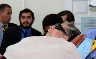 L'ancien dictateur guatémaltèque Efrain Rios Montt arrive sur une civière à son procès à Guatemala, le 5 janvier 2015