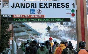 Aux Deux-Alpes (Isère), des messages d'avertissement préconisent aux skieurs la prudence.