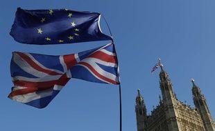 Les drapeaux britannique et européen devant le Palais de Westminster à Londres, le 27 février 2019.