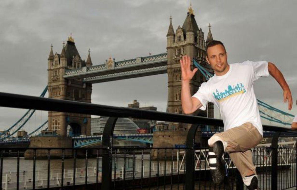 Oscar Pistorius, qui court avec des prothèses à la place des jambes, sera le premier athlète paralympique à disputer les JO après avoir été retenu mercredi dans l'équipe sud-africaine de relais 4x400 m pour les Jeux de Londres. – Ben Stansall afp.com