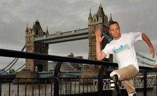 Oscar Pistorius, qui court avec des prothèses à la place des jambes, sera le premier athlète paralympique à disputer les JO après avoir été retenu mercredi dans l'équipe sud-africaine de relais 4x400 m pour les Jeux de Londres.