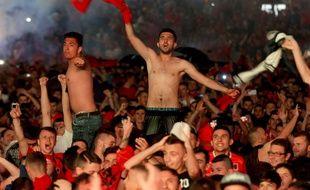 Si les joueurs albanais n'ont pas pu totalement se lâcher après leur victoire dimanche à Lyon, les supporters albanais l'ont fait pour eux dans la fan-zone de Tirana.