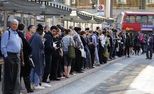 File d'attente à Londres devant une station de bus pendant la grève de métro du 9 juillet 2015.