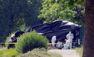 Des policiers scientifiques sur les lieux de l'attentat de Saint-Quentin-Fallavier, le 26 juin 2015.