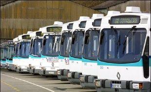 Les transports publics et aériens étaient perturbés mardi matin, dans plusieurs villes de province, notamment à Rennes, Nantes, Marseille et Toulouse, en raison de la journée de mobilisation contre le contrat première embauche (CPE), tandis qu'à Paris la situation était normale.