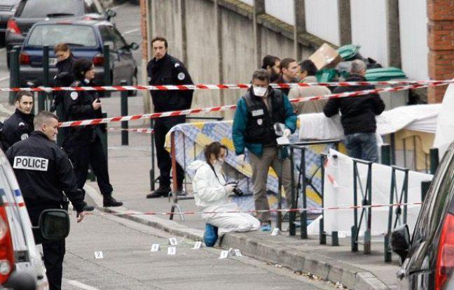 La police scientifique fait des relevés devant le collège juif Ozar Hatorah où a eu lieu une fusillade tuant quatre personnes dont trois enfants. Lundi 19 mars 2012.