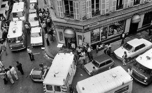 Les secours autour du restaurant de la rue des Rosiers frappé par un attentat, le 9 mai 1982